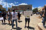 Lampedusa, protesta dei cittadini per chiedere sostegno all'economia locale