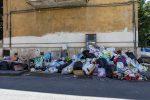Cosenza, il Comune litiga e i rifiuti aspettano: tonnellate di immondizia ancora per strada