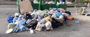 A Crotone la spazzatura si conferisce al Comune. Il gesto esasperato dei cittadini