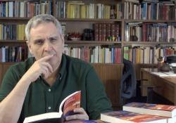 «Sara si sentiva come Superman ritornato normale» Maurizio de Giovanni legge un brano dal nuovo romanzo «Una lettera per Sara» (Rizzoli), in libreria dal 19 maggio - Corriere Tv