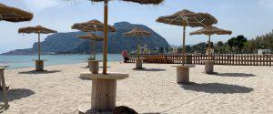 Fase 2, in spiaggia 10 metri quadri per ogni ombrellone: no agli sport di gruppo, sì ai racchettoni
