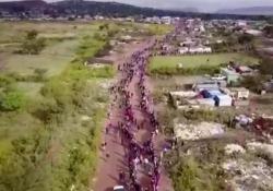 Sudafrica: una coda di 4 chilometri per il cibo Migliaia di persone alla fame in coda per chiedere del cibo. Il video dai sobborghi di Johannesburg - CorriereTV