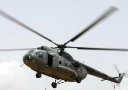 Un telone nel rotore: il pericoloso atterraggio dell'elicottero militare Il telone si è alzato in aria e finisce nel rotore del velivolo - CorriereTV