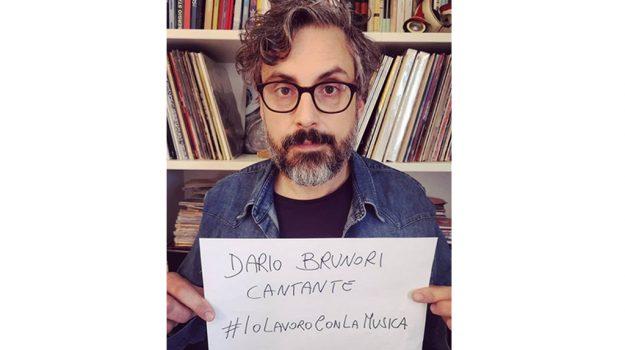 """""""Io lavoro con la musica"""", i cantanti chiedono aiuto al governo: c'è anche Brunori Sas"""