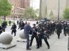 Proteste negli Usa, anziano spinto dagli agenti batte la testa: è grave