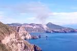 Incendio a Vulcano, fiamme e vento: canadair in azione nei pressi del cratere