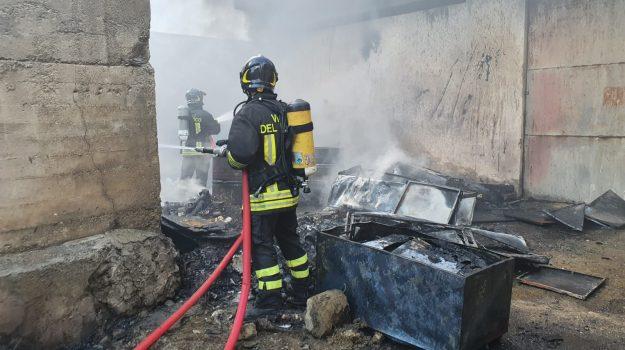 Doppio incendio a Messina, fiamme in contrada Scoppo e in un deposito di via Don Blasco