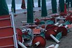 Mareggiata a Cirò Marina, travolti ombrelloni e lettini in spiaggia