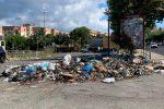 """Reggio """"sepolta"""" dai rifiuti, cumuli di spazzatura incendiati nella notte"""