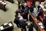"""Caos alla Camera, Sgarbi definisce """"mafiosi"""" i magistrati: portato via di peso dall'Aula"""