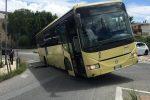 Cede l'asfalto, autobus rimane incastrato in una voragine a Vibo