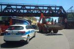 Messina, camion con rimorchio trancia linea tramviaria sotto il ponte di Gazzi