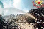 San Pietro Lametino, tonnellate di rifiuti in fumo nell'area ex Sir: oltre nove ore per domare l'incendio