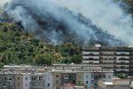 Incendio a Messina, paura tra Camaro e Forte Petrazza: le fiamme lambiscono le case