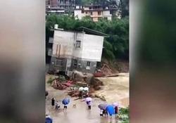 Inondazioni in Cina: la casa di tre piani spazzata via nel fiume Le zone più colpite sono la regione autonoma del Guangxi Zhuang e le province di Guangdong, Hunan, Guizhou e Yunnan - CorriereTV