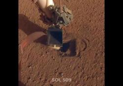 La talpa di InSight torna in funzione sul terreno di Marte InSight è atterrata su Marte nel novembre del 2018 con l'obiettivo di studiare la superficie del pianeta - Corriere Tv