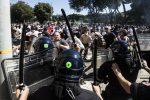 Ultrà e Forza Nuova in piazza, scene di guerriglia urbana a