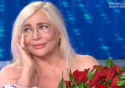 Mara Venier e Nicola Carraro festeggiano 14 anni di matrimonio, la sorpresa in diretta: rose rosse e bacio in tv Nicola Carraro entra in studio con un mazzo di rose rosse - Ansa