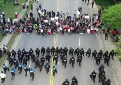Omicidio Floyd: in Carolina la polizia si inginocchia davanti ai manifestanti Una scena emozionante, e a sorpresa, da parte di 60 poliziotti della stazione di Fayetteville - Dalla Rete