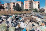 Reggio trasformata in un inceneritore, rifiuti dati alle fiamme nel cuore della notte