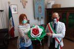 Una rosa tricolore per Mileto, l'omaggio dell'artista Teresa Sorrentino al Municipio