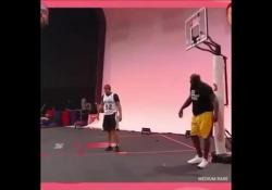Shaquille O'Neal stacca il canestro con una schiacciata Anche se ha lasciato il basket dal 2011, Shaquille O'Neal ha conservato la sua celebre forza - Dalla Rete