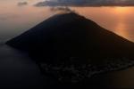 """""""Isolati a Stromboli"""": il vulcano, il mare e i volti della gente in un suggestivo docufilm"""
