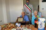 Il centenario Francesco Anello riceve la targa dal sindaco