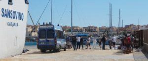 Un momento delle operazioni di trasferimento dei migranti sbarcati a Lampedusa