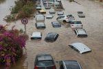 Maltempo in Sicilia, allagamenti a Palermo: due morti, auto trascinate dall'acqua e gente a nuoto in strada