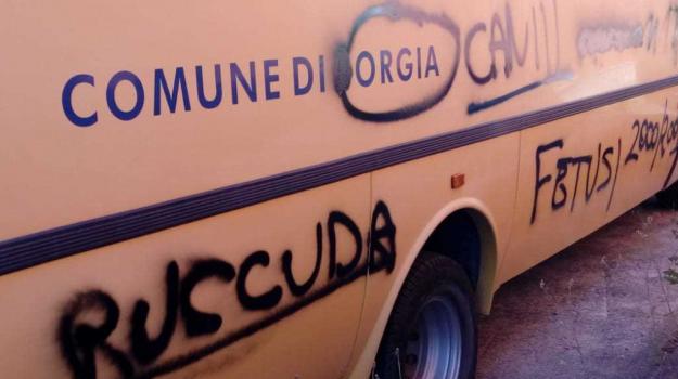 scritte volgari, scuolabus, Elisabeth Sacco, Marialuisa Lagani, Cosenza, Calabria, Cronaca