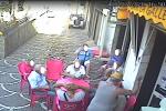 Accoltella il suocero seduto davanti a un bar per vendetta: denunciato a Mesoraca - Video