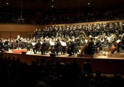Addio Morricone, la standing ovation per i suoi 90 anni Il saluto sul palco del presidente della Repubblica Sergio Mattarella - Ansa