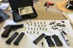 Pistole e munizioni nascoste in casa, 33enne arrestato a Sant'Onofrio