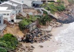 Australia, le lussuose ville sulla costa rischiano di collassare in mare Nella città di Wamberal, a 90 km da Sydney, i residenti sono stati evacuati - CorriereTV