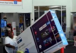 Cerca di rubare un televisore da 65 pollici (mettendolo nel carrello della spesa) Il video della videosorveglianza di un negozio Walmart negli Usa - CorriereTV