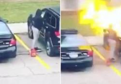 Dà fuoco alla macchina del suo ex ma la fiamma le esplode in faccia La polizia di Madison, nel Wisconsin (USA) ha arrestato la donna, accusata di incendio doloso e danneggiamento di proprietà - CorriereTV