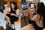 Demi Moore arreda il bagno con moquette e divano, le foto sorprendono il web