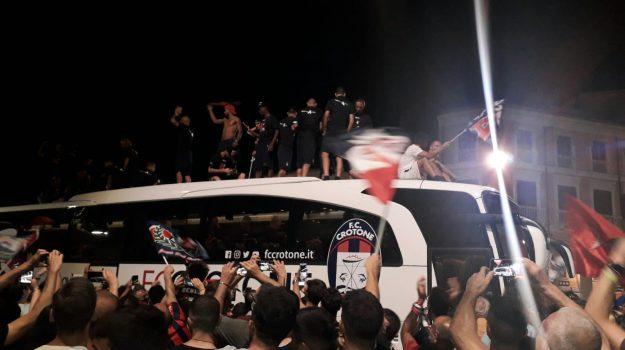 L'attesa in aereo e poi la gioia: la notte di festa dei giocatori del Crotone - Foto