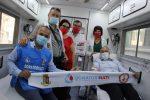 Il questore Maurizio Vallone, a destra in camicia azzurra, ha donato per primo