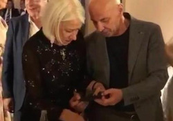 Helen Mirren smacchia la giacca ad Aldo Baglio: il siparietto tra i due attori all'evento di gala L'attrice britannica e il comico siciliano durante il party per il Premio Flaiano - Corriere Tv