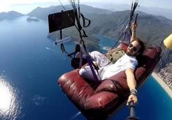 Il volo in parapendio più comodo? Col divano di casa e la tv Ecco cosa si è inventato il turco Hasan Kaval - CorriereTV