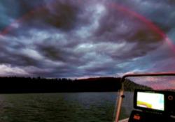 In Finlandia uno strano arcobaleno rosso: il video del raro fenomeno che si verifica solo all'alba o al tramonto Le immagini sono state riprese da un pescatore - LaPresse/AP