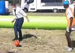 La pallonata in testa di Macron ad un giovane calciatore Il video del presidente francese durante una partitella con un gruppo di giovani - CorriereTV