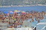 Messina, assembramenti a Capo Peloro: centinaia di bagnanti vicini in spiaggia