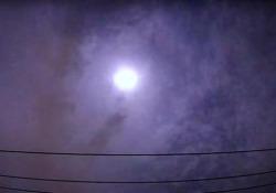 Meteora esplode sopra Tokyo. «Ha prodotto un'energia pari a 150 tonnellate di tritolo» La gigantesca palla di fuoco ha sorvolato i cieli del Giappone per poi esplodere e generare un rumore assordante - CorriereTV