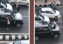 Mumbai, scopre il marito in auto con l'amante: la sfuriata della moglie blocca il traffico Secondo quanto riferito dal Times of India la donna avrebbe inseguito l'auto del coniuge bloccandola in mezzo alla strada - Dalla Rete