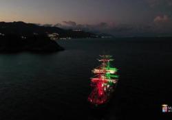 Nel mare di Taormina il commovente omaggio dell'Amerigo Vespucci al maestro Morricone Al pianoforte il comandante Gianfranco Bacchi che suona le note del maestro scomparso lunedì - Corriere Tv