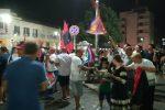 Il Crotone torna in serie A dopo due stagione, la città festeggia in strada - Video