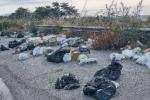 Emergenza rifiuti a Siderno, incendiati o gettati dall'auto: ormai è uno scempio